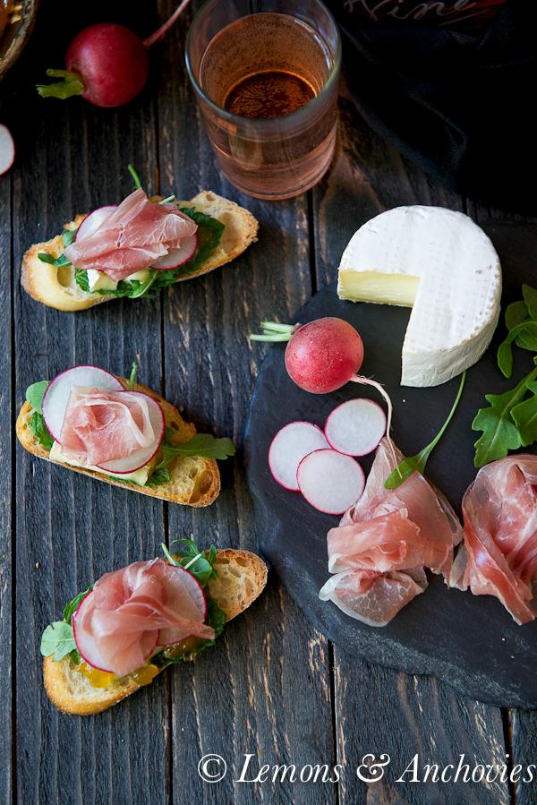 Prosciutto, Brie & Jalapeño-Tangerine Jam Crostini | https://lemonsandanchovies.com